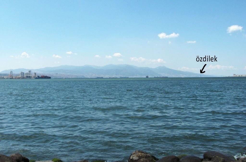 Bayraklı'dayız. İzmir'in U'sunun en alt kısmındayız. Orada görebilmeye çalıştığınız yer Özdilek oluyor.