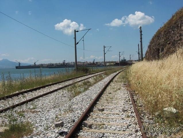 Altınyol'a kaldırım koymayan zihniyet sağolsun, demiryolundan yürümek zorunda kaldık.